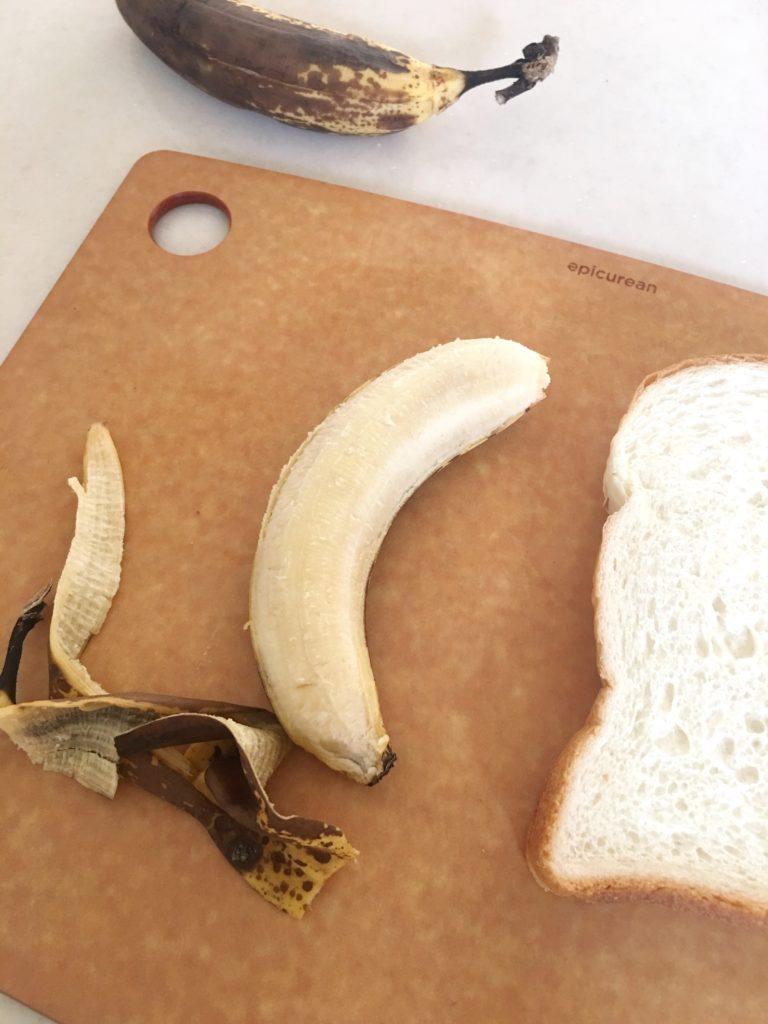 黒くなってしまったバナナ。皮を剥いてみると・・・